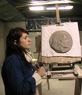 Alice et son autoportrait en modelage pendant son stage pro