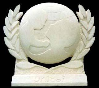 Logo de l'Unicef en pierre, New-York (taille directe)