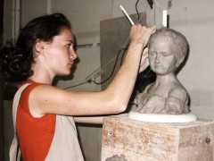 Maylis, au début de son stage, travaille sur le buste d'un enfant
