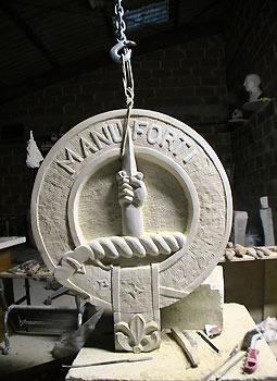 Blason en pierre aux armoiries d'un clan écossais (collection privée, Belgique).