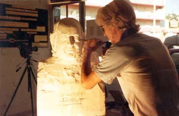 1987 : Buste du Général américain Georges F. Doriot (1899-1987), fondateur de l'INSEAD et du School Club de France, et Professeur à la Harvard Business School. Sur cette photo, vous pouvez voir le buste en pierre en cours de réalisation en taille directe. La photo du buste achevé est celle qui figure en haut de page à côté de la définition.