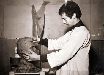 1970 : le Sculpteur Pétrus modèle le buste en terre de M. Félix Gaillard.