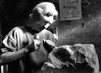 Le sculpteur face à son bloc de pierre