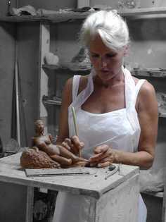 Elles, venue des Pays-Bas pour un stage, crée un nu d'après modèle vivant