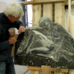 """La sculpture en marbre est exposée dans la galerie de l'atelier """"Le Chant de la Pierre""""."""