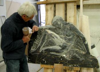 La sculpture en marbre est exposée dans la galerie de l'atelier