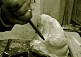 Une sculpture en marbre en cours de création.