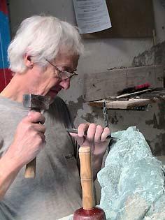 L'artiste sculpte la serpentine en taille directe