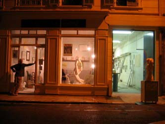 Devanture de l'atelier du 3 rue Niepce, un soir.