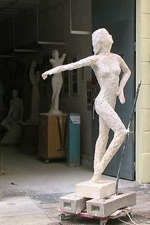 La statue en plâtre en cours de création