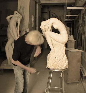 """L'artiste sculpte les détails des chevilles du """"Silence"""""""