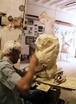 Le sculpteur dégrossit une des trois