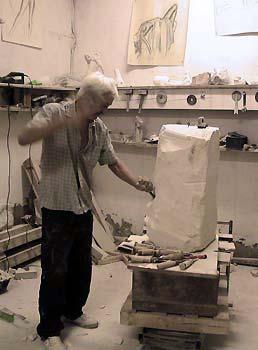 L'artiste sculpte un bloc de pierre en taille directe
