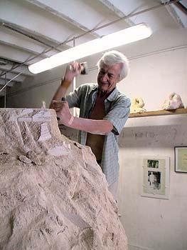 L'artiste sculpteur crée une statue
