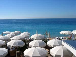 Les parasols d'une plage privée à Nice