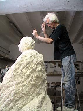 Le sculpteur met en place les différents volumes du visage de la statue