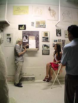 Anaïs Governatori lors d'une séance de pose sous le regard attentif de son père