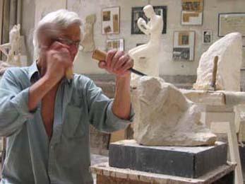 L'artiste sculptant un nu dans la pierre