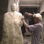 L'artiste sculpte le bras de l'homme