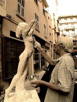 Le sculpteur recherche les volumes  et les lignes de cette sculpture en plâtre