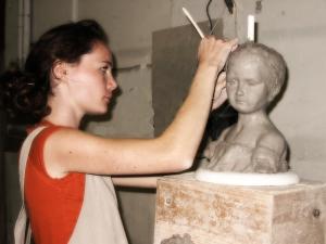 Maylis, en stage professionnel longue durée  travaille sur le buste d'un enfant