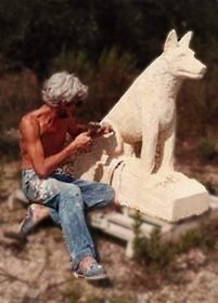 Une sculpture pour la décoration extérieure : un chien en pierre. 1984 - Taille directe