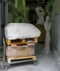 Un bloc de pierre, brut, avant que l'artiste ne le sculpte.