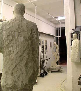 La statue dans l'atelier et son reflet dans le miroir
