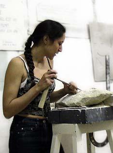 Laëtitia et sa sculpture en taille directe
