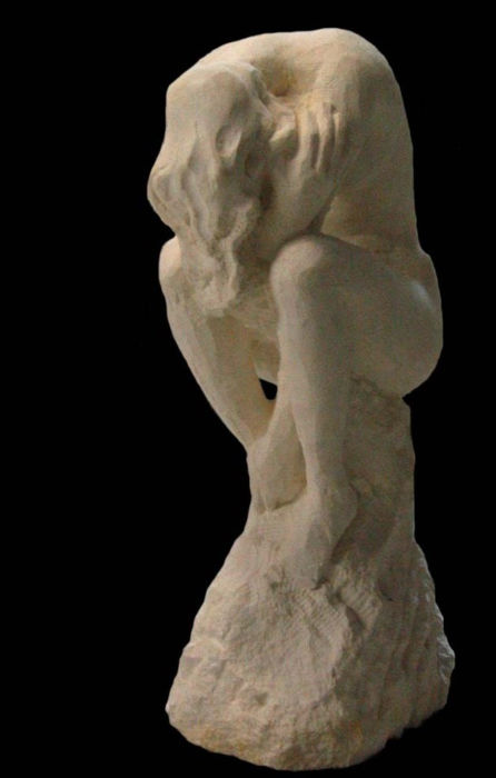 Une statue en taille directe sur pierre