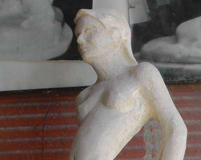 femme élégante en pierre