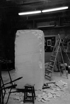 Le point de départ de la sculpture : un bloc de pierre de 2,30 m de hauteur