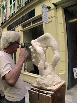 Le sculpteur face à son oeuvre