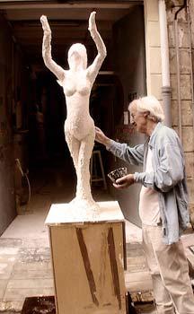 22/10/08 : le sculpteur a mis en place les bras et les mains de la sculpture
