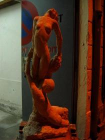 Un soir, devant l'atelier... La sculpture réagit à la lumière et devient flamboyante.