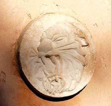 Quelques exemples de bas-reliefs réalisés sur commande : une tête de tigre et l'écusson de la Gendarmerie (Caen)
