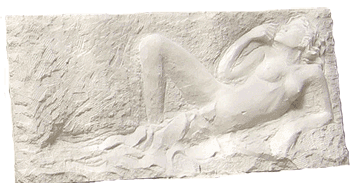 Nu avec drapé, bas-relief en taille directe sur pierre