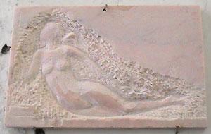 Un petit bas-relief en marbre rose