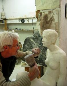 26/12/2007 L'artiste sculpte le visage de la statue