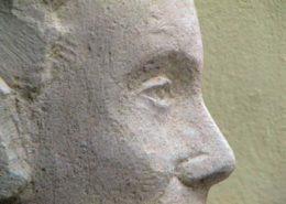 Détail du visage de la statue en pierre