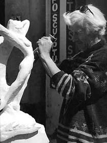 1990, Vallauris Création d'une sculpture contemporaine en taille directe.