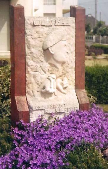 La stèle commémorative le jour de l'inauguration