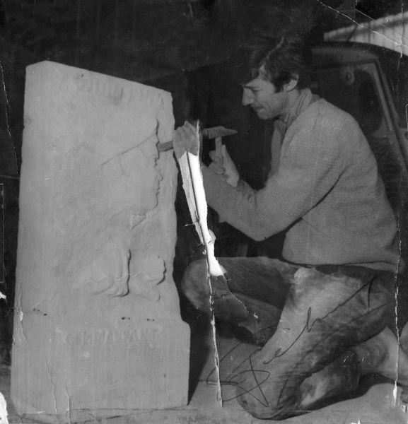 L'artiste sculpte la stèle