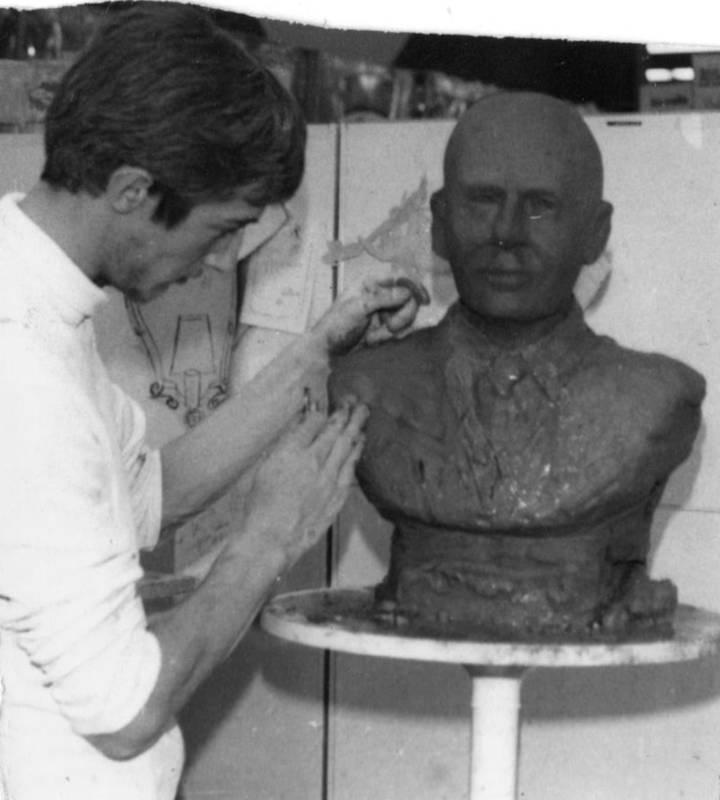 Le sculpteur en train de modeler le visage