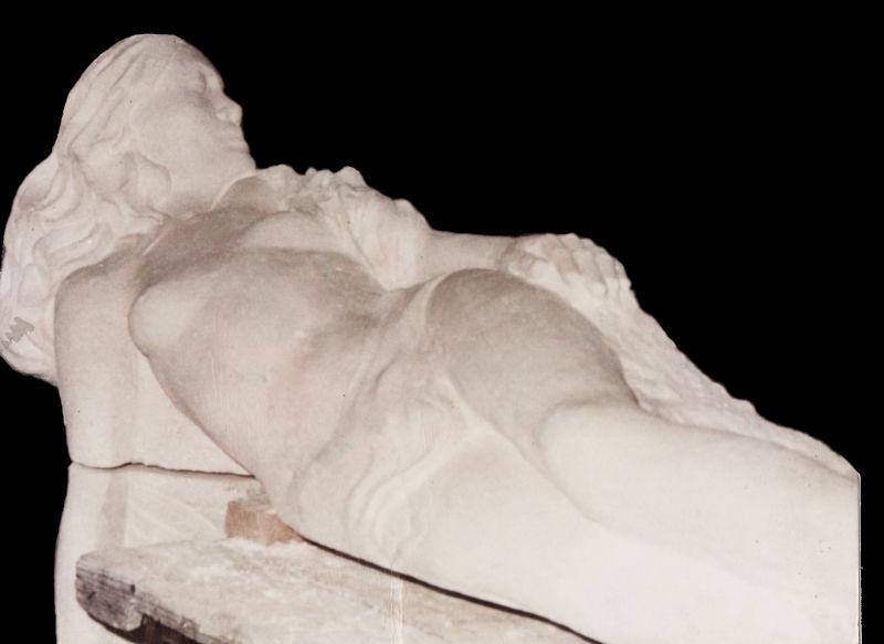 Sculpture d'un gisant mortuaire