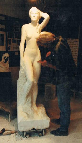 L'artiste sculpte les derniers détails de la statue