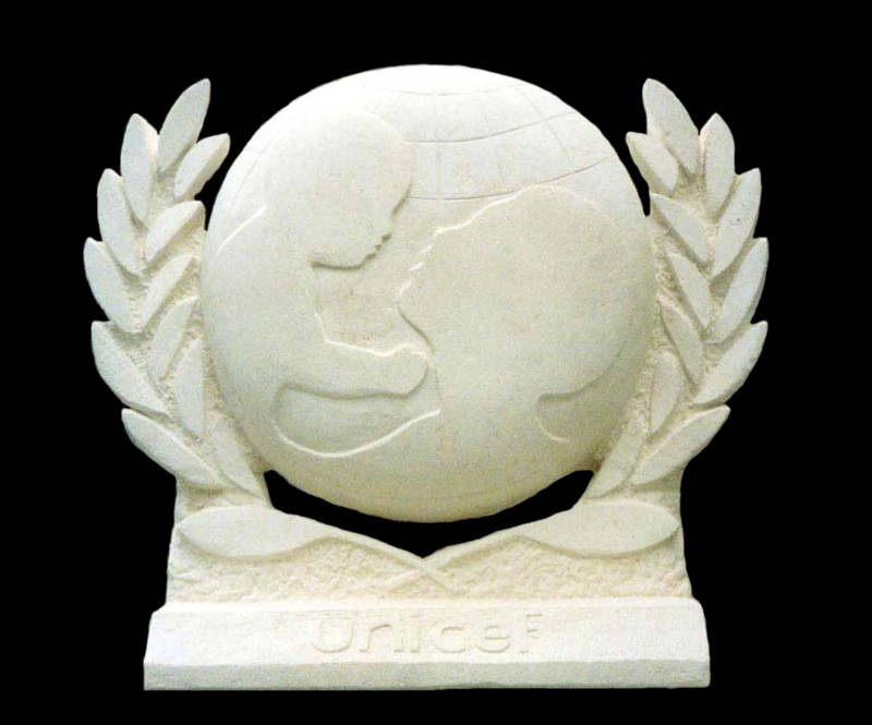 La stèle en pierre créée pour l'UNICEF