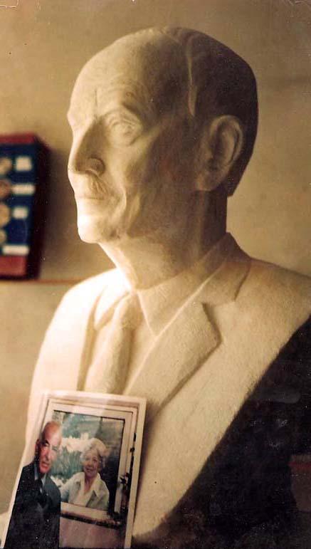 Buste en pierre de Georges F. Doriot