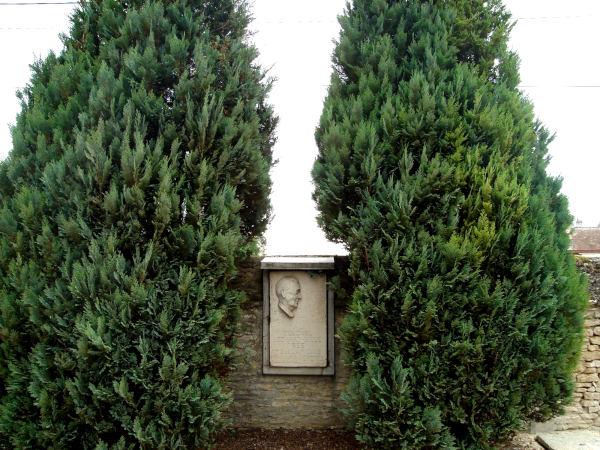 La stèle dans le cimetière