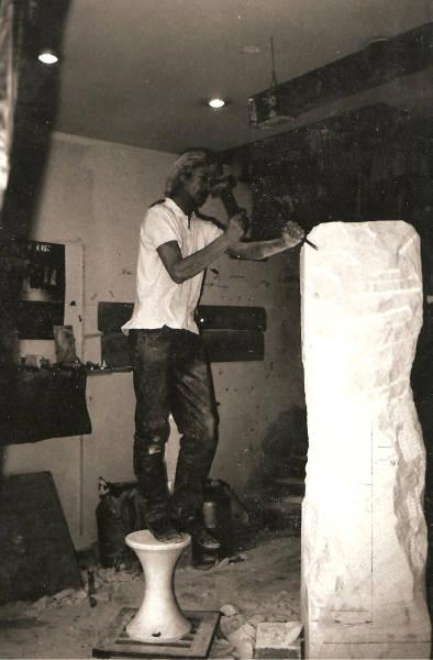 L'artiste sculpte une statue dans le bloc de pierre